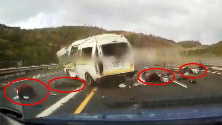 Korkunç görüntüler... Minibüs takla attı, yolcular savruldu