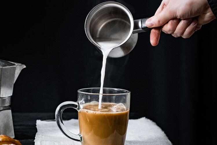 Kahvenize sıcak süt eklediğinizde bakın neler oluyor! İnanamayacaksınız...