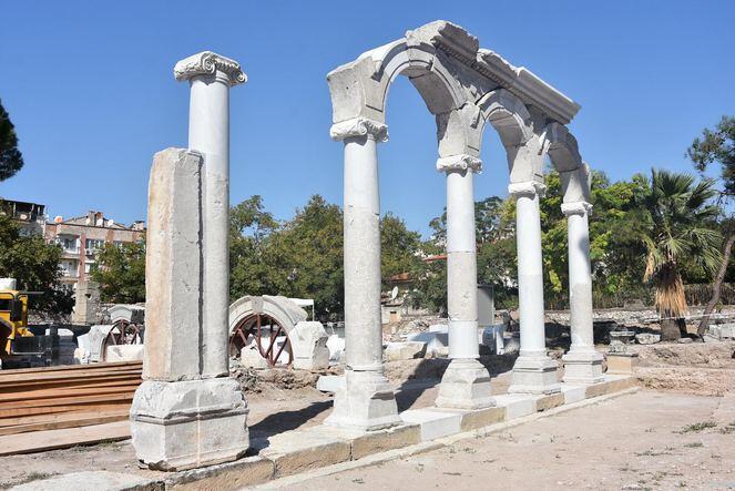 Thyateira Antik Kenti'ndeki Roma Caddesi sütunları ayağa kaldırılıyor