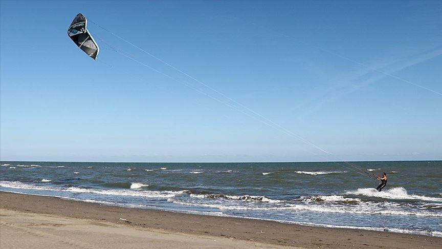 Karadeniz'de uçurtma sörfü keyfi