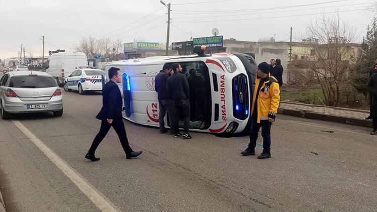 Diyarbakır'da hasta taşıyan ambulans kaza yaptı: 5 yaralı