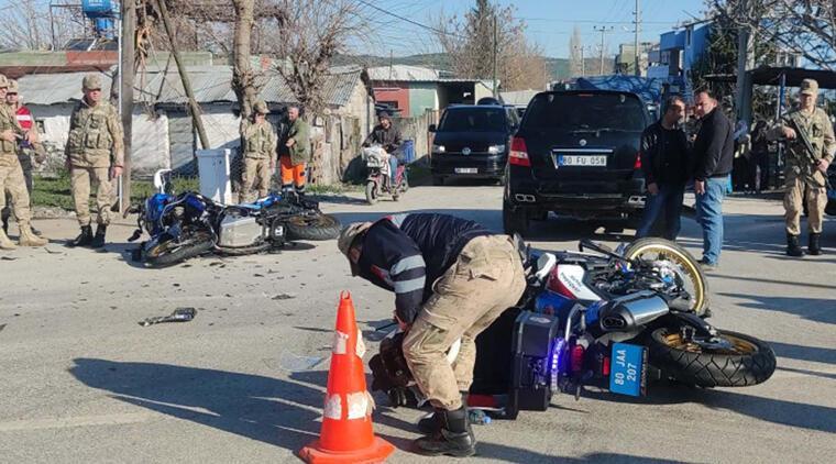 Jandarma motosikletleri ile otomobil çarpıştı