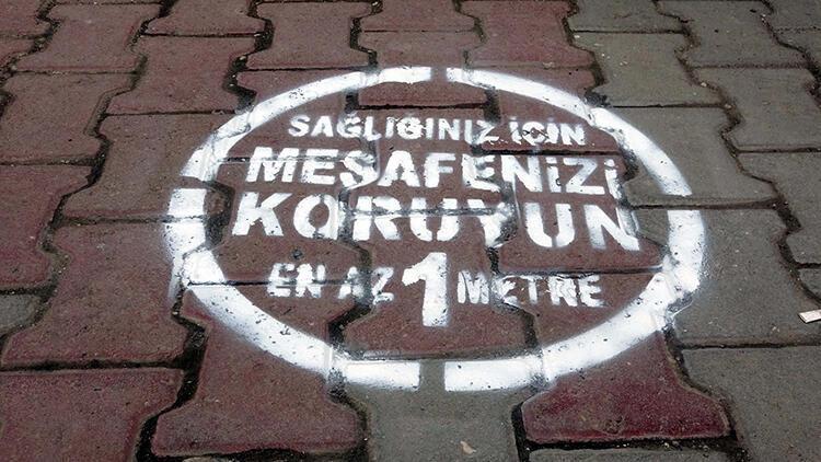 Erciş'te sosyal mesafeyi korumak için zemin çıkartmaları ...