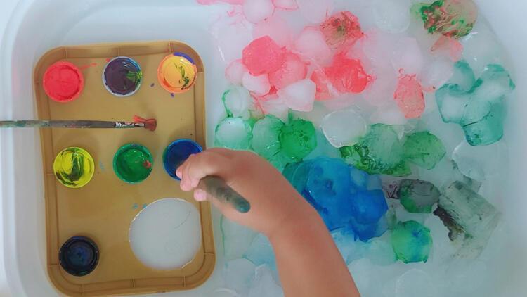 Yaz günlerinde serinleten aktivite: Buz boyama