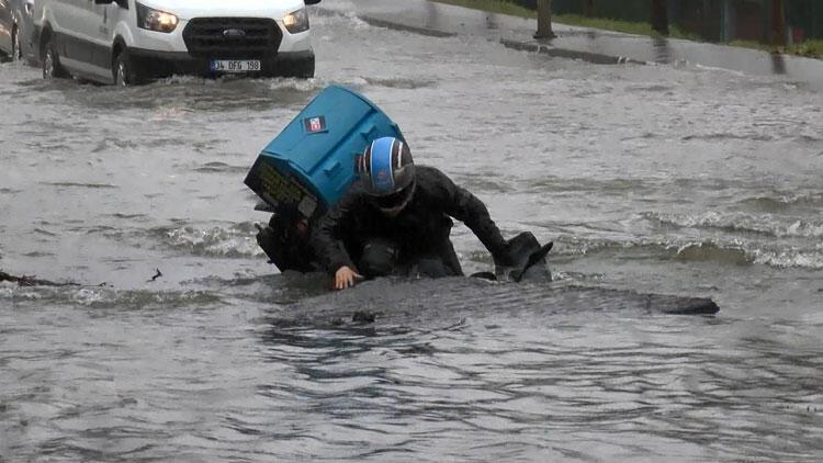 Bağcılar'da su borusu patladı! Moto kurye çukura düştü...