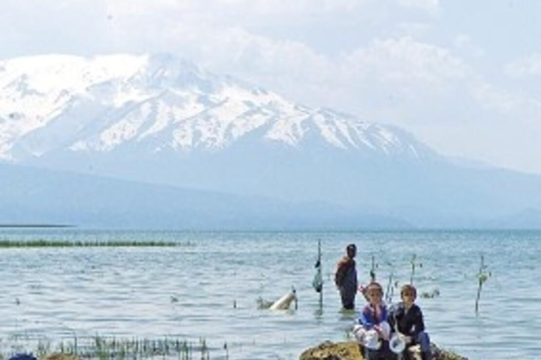 Beyşehir Gölü'nün nisan renkleri