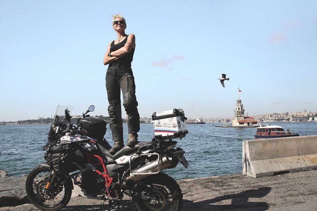 Tazminat parasıyla motosikletle dünyayı geziyor!