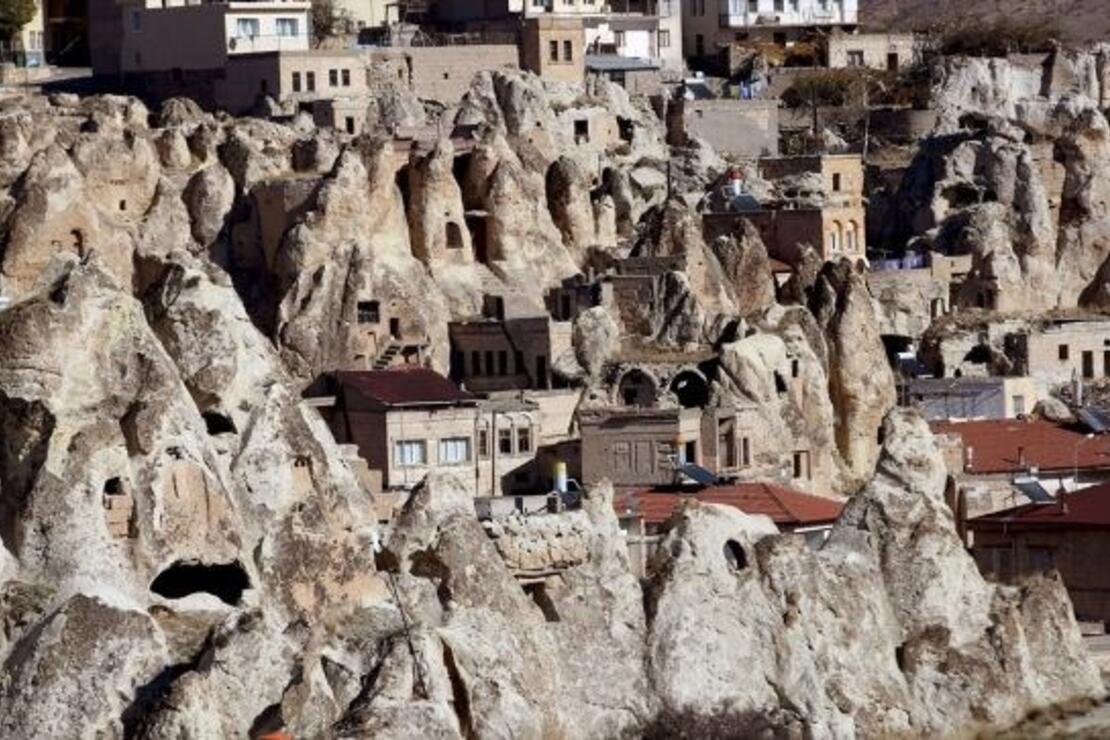 Kayadan oyma evlerde yaşam devam ediyor
