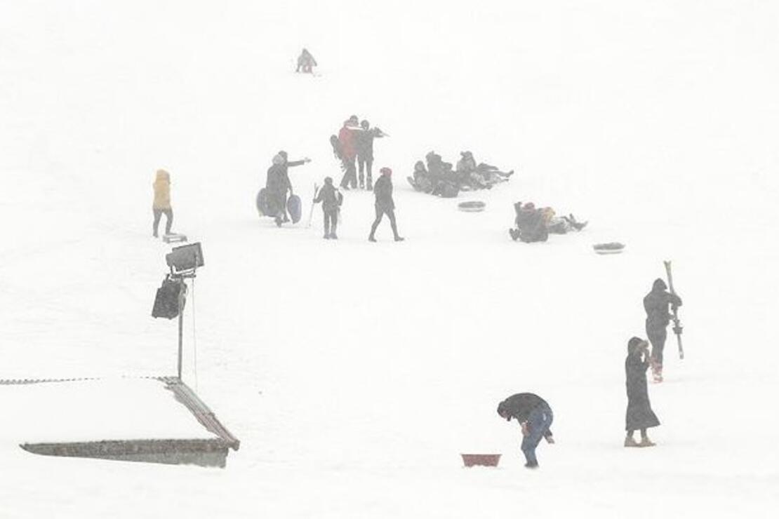 Kar ve sisli havada kayak keyfi