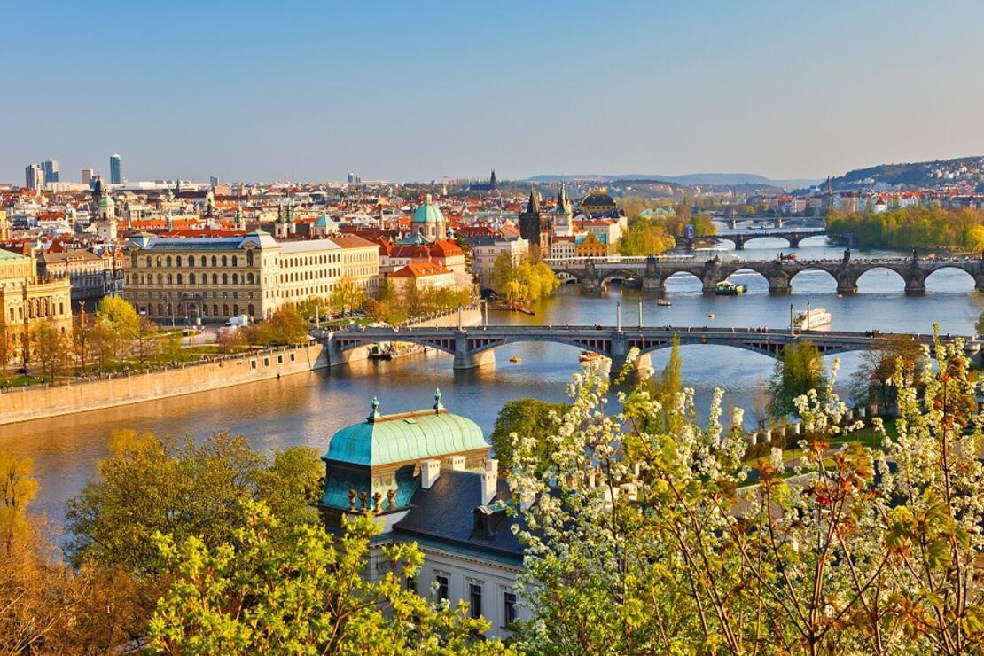 Haziranda Prag! Ihlamurlar altındaki Ortaçağ güzeli...