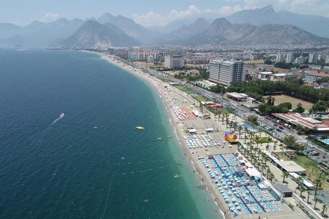 Antalya'da turistler sahilleri doldurdu