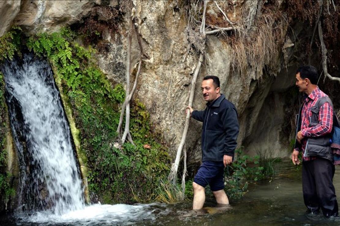 Bilecik'te kayaların içinden çıkan sıcak su kaynağı ilgi görüyor