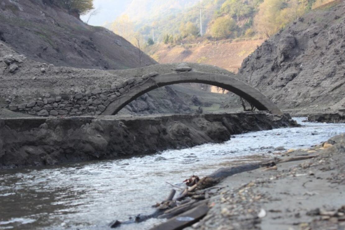 Barajın suyu çekilince eski köprüler 20 yıl sonra gün yüzüne çıktı!