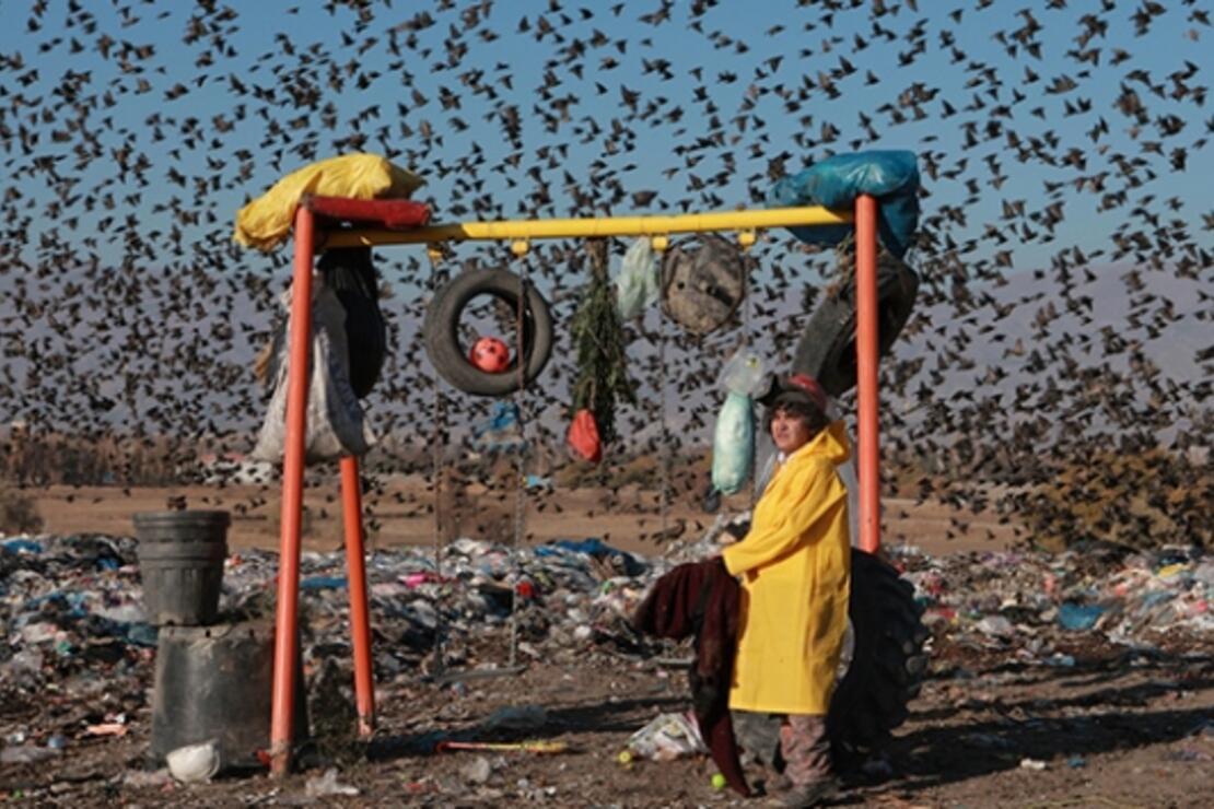Çevre kirliliğine dikkati çekmek için şehir çöplüğünde oyun parkı kurdu