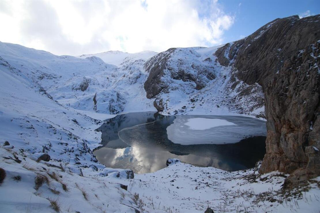 Bolkar'daki buzul göllerinin kış güzelliği büyülüyor