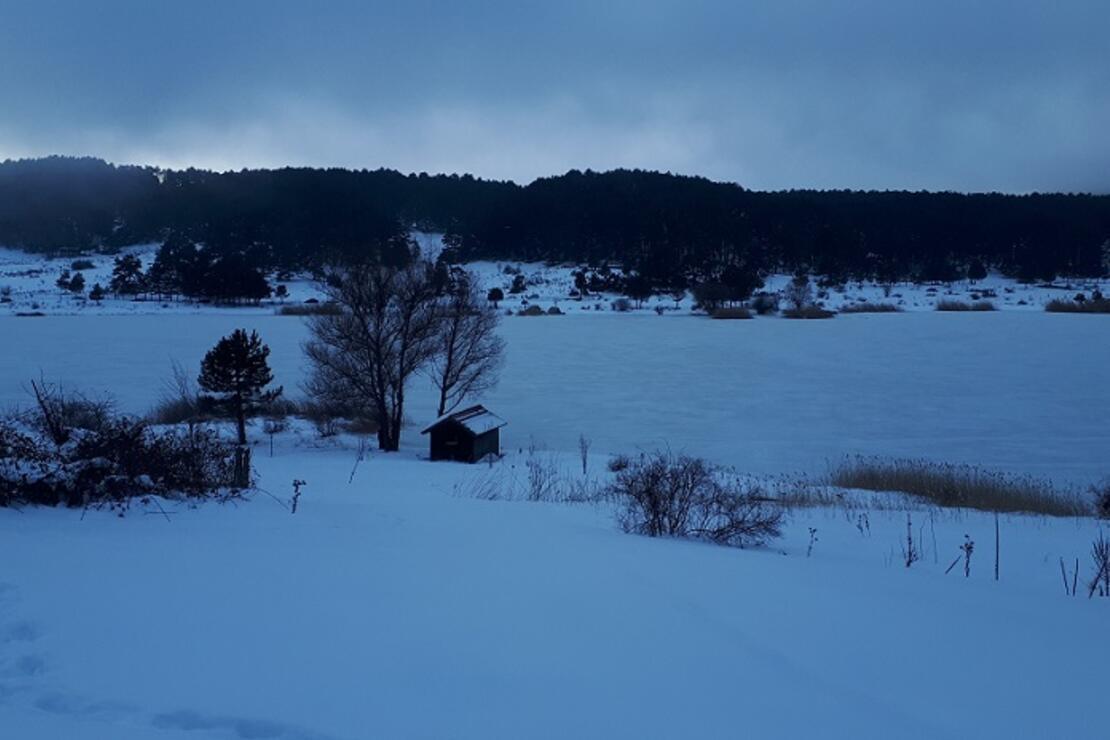 Simav'ın Gölcük Yaylası'ndaki Krater Gölü buz tuttu