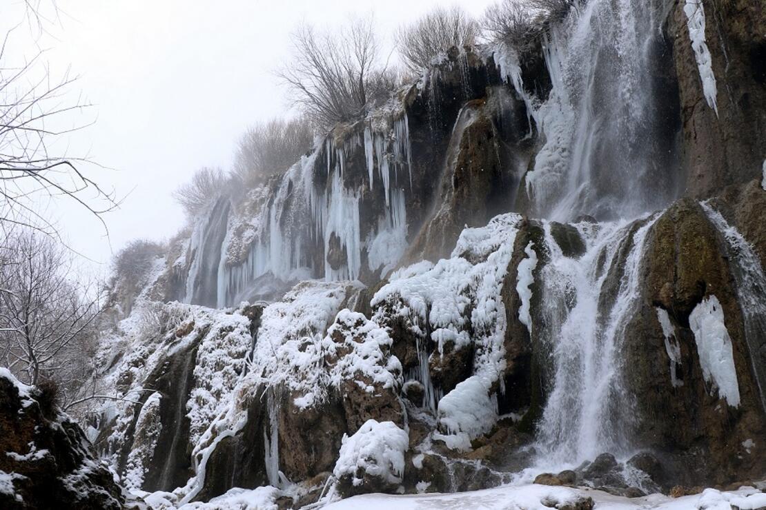 Buz tutan şelale kartpostallık görüntü oluşturdu