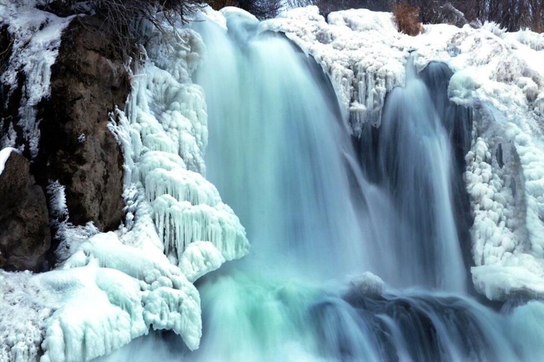 Van'da doğa harikası Muradiye Şelalesi kısmen dondu