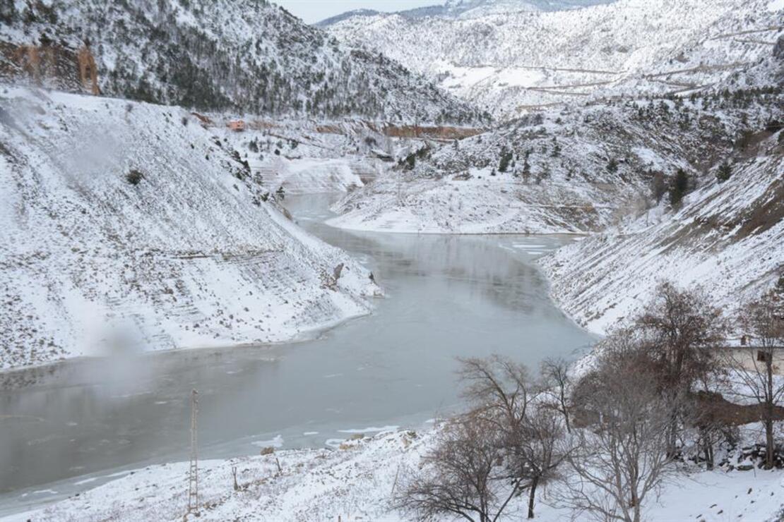 Gümüşhane'de Torul Barajı gölünün yüzeyi kısmen dondu