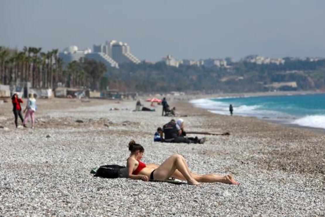 Antalyalılar 'evde kal' çağrısına uydu, turistler denize girdi