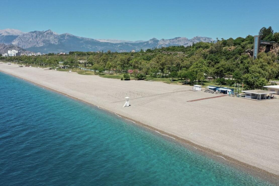 Antalya'nın dünyaca ünlü Konyaaltı Plajı'nda deniz keyfi sosyal mesafeli olacak