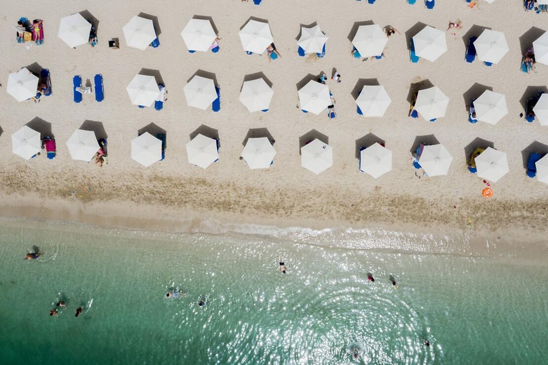 Yunanistan'da normalleşme sürecinde plajlar açıldı