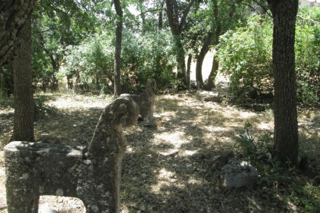 Atbaşı mezar taşları defineciler tarafından yok ediliyor