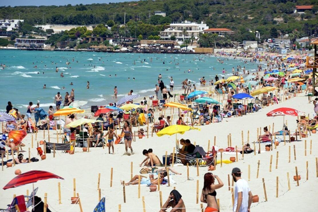 Ege sahilleri doldu taştı! Ne sosyal mesafe var ne de maske...