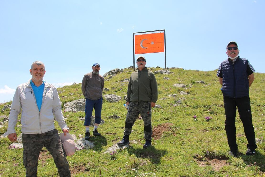 Oltulu doğaseverler Allahuekber dağına tırmandılar