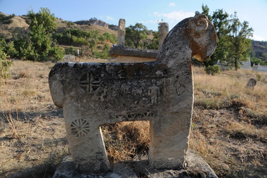 Koçbaşı ve taş işlemeli mezarlar, defineci ve kaçakçıların talanına uğradı