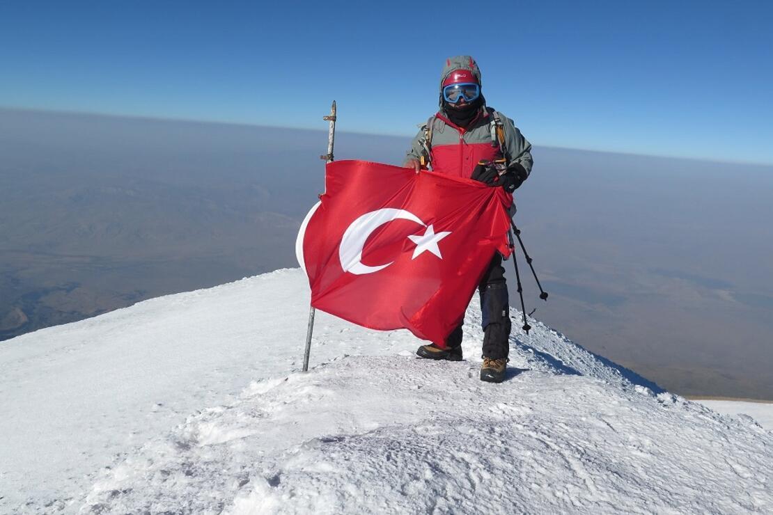 Türkiye'nin en yüksek dağına 61 yaşında ikinci kez tırmandı