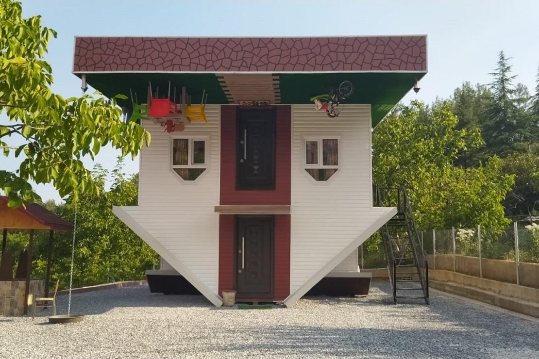 '2020 yılı ters gitti' diyerek, turizme katkı için ters ev inşa ettirdi