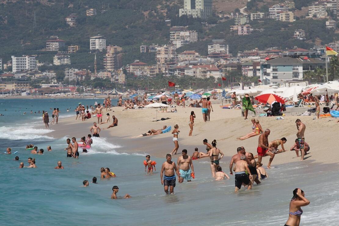 Kavurucu sıcaklardan bunalan turistler soluğu plajlarda aldı