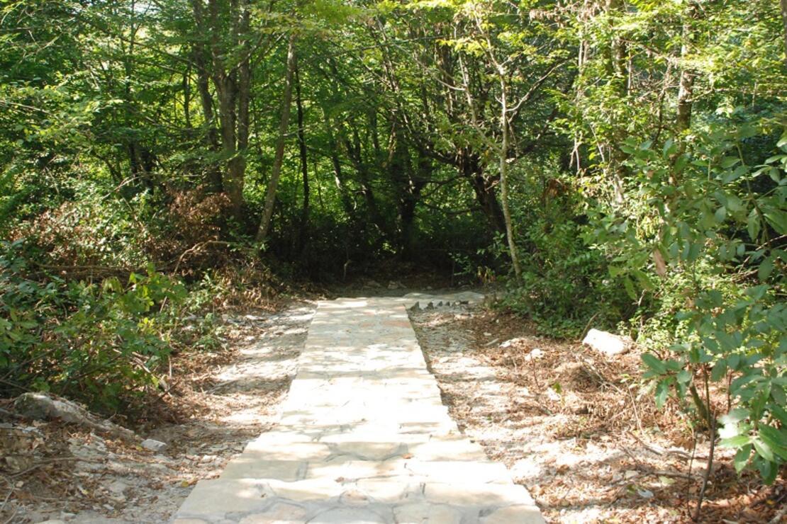 Gürcüoluk Mağarası Tabiat Parkı'na yürüyüş yolu ve piknik alanı