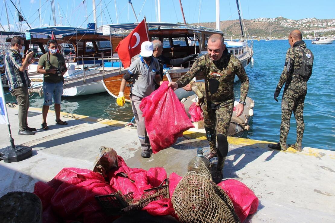 Denizden 2 saatte 300 kilogram çöp çıktı