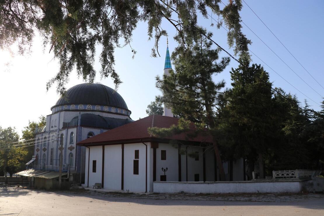 Tarihi Boğaziçi Camisi süslemeleriyle dikkat çekiyor