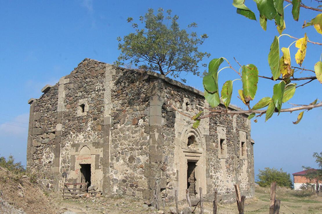 Defineciler, tarihi kiliseyi talan etti
