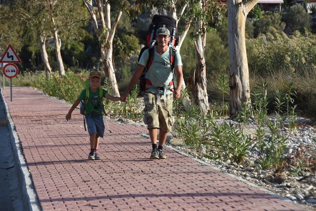 Rus biyolog, 5 yaşındaki oğluyla Likya Yolu'nda yürüyor