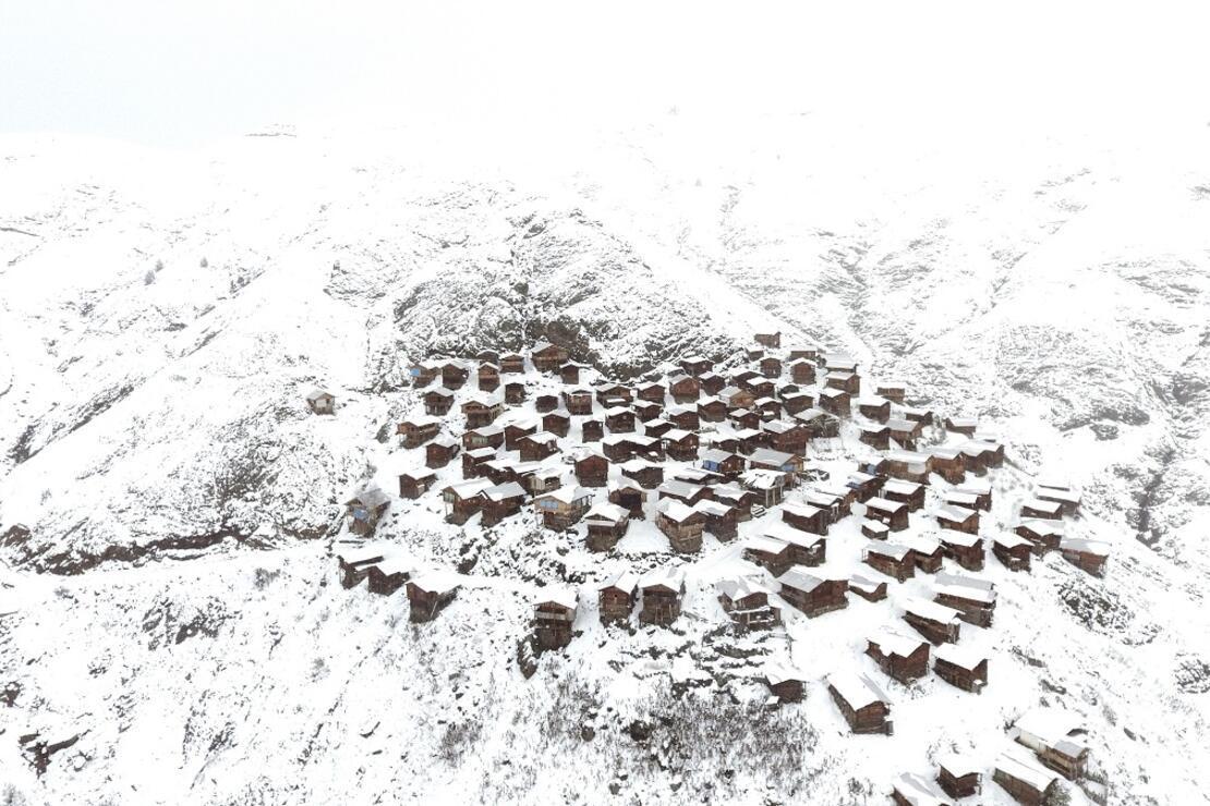 Artvin'de harika kar manzarası... Ahşap evleri ile ünlü yayla görenleri hayran bıraktı