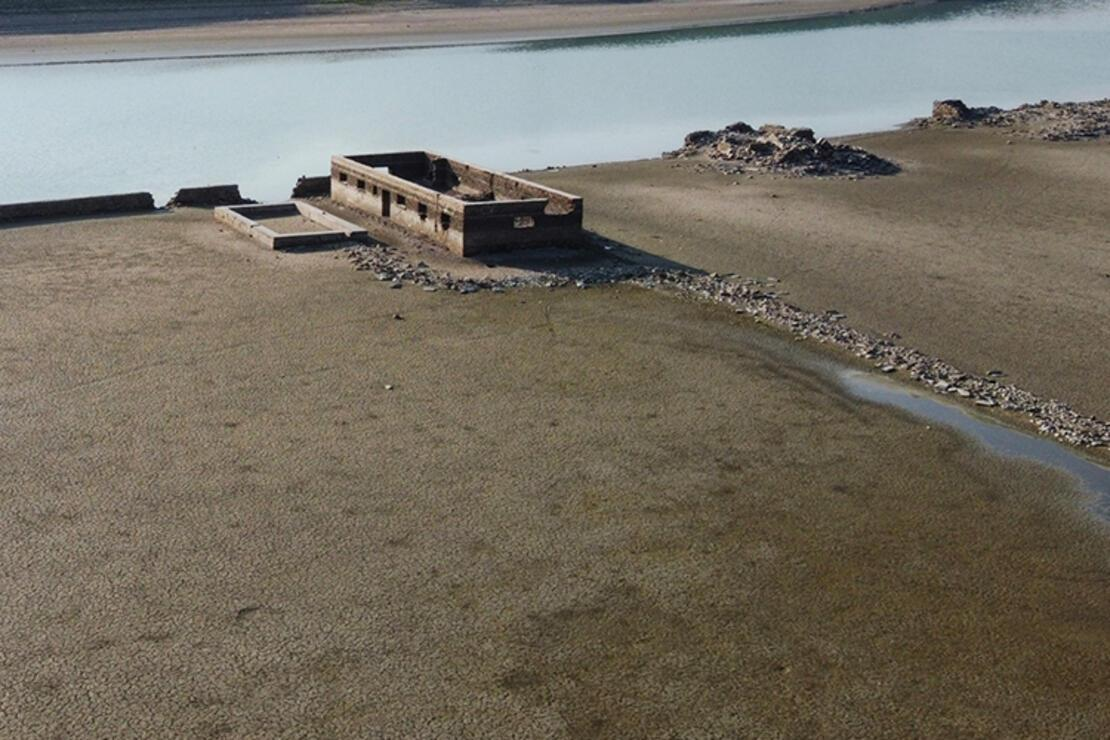 Su altında kalan köy kuraklık sonrasında gün yüzüne çıktı