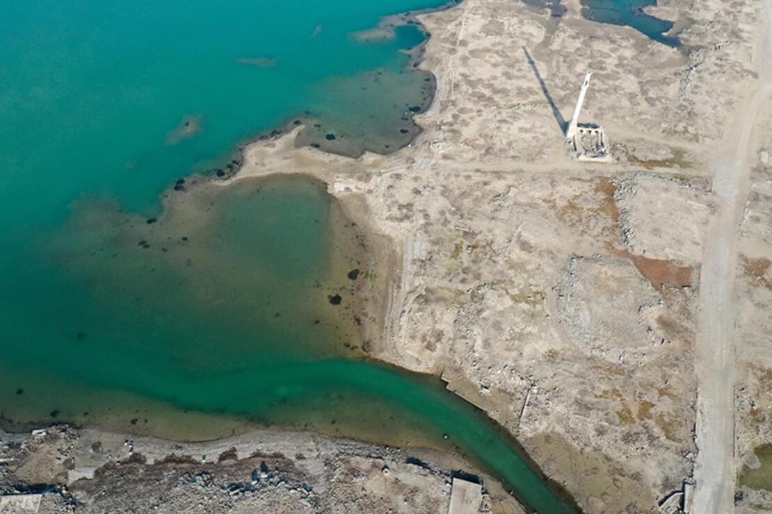 İzmir'de baraj suları altında kalan köyün kalıntıları harika görüntüler oluşturdu