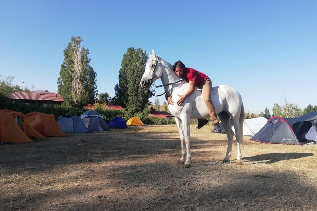 At sırtında bir seyyah… 14 gün at üzerinde yol yaptı, hatta beraber kamp yapıyorlar