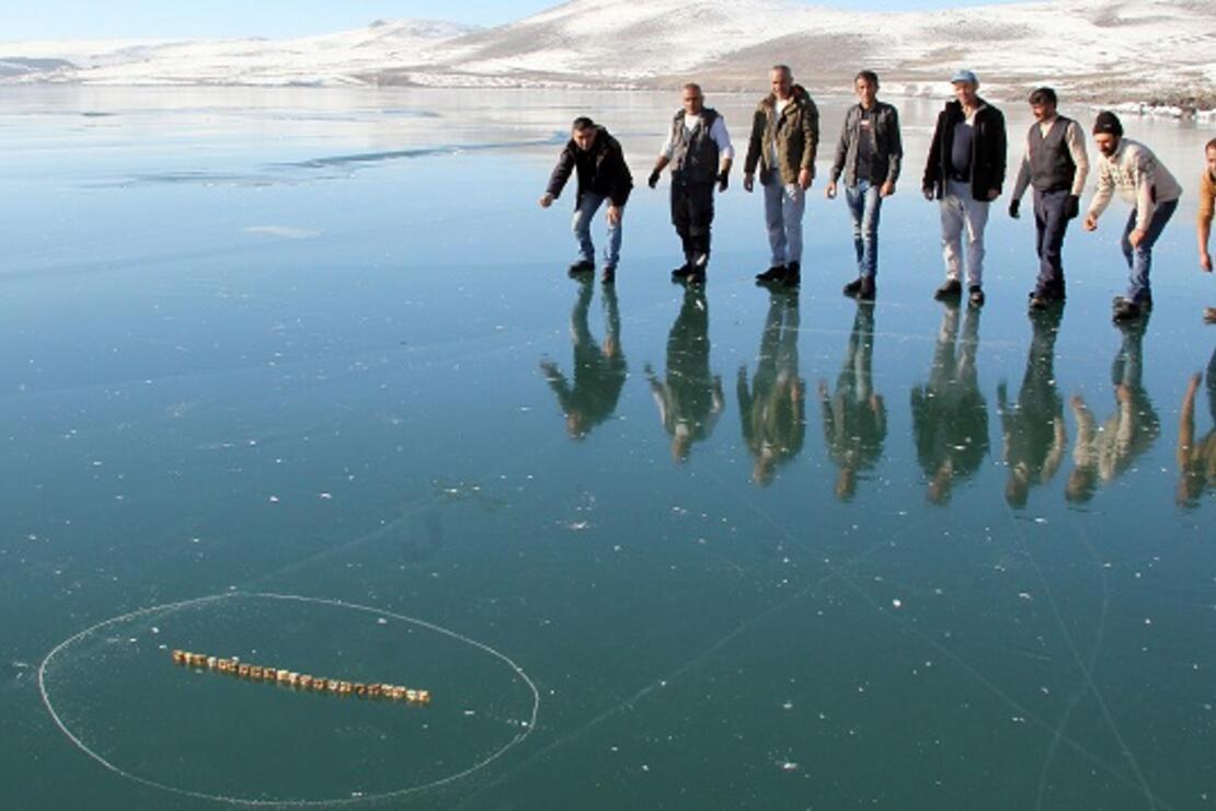 Yüzeyi buz tutan Çıldır Gölü'nde 'aşık' oynadılar
