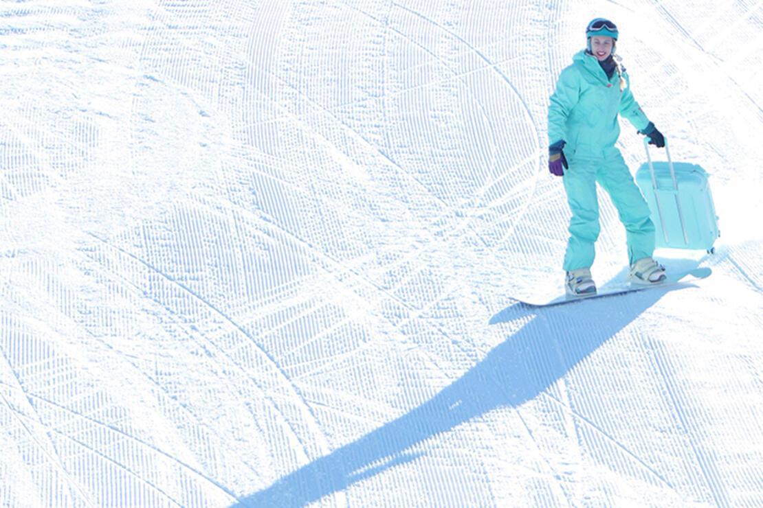 Ukraynalı turist görenleri şaşırttı... Palandöken'de bavulu ile snowboard yaptı