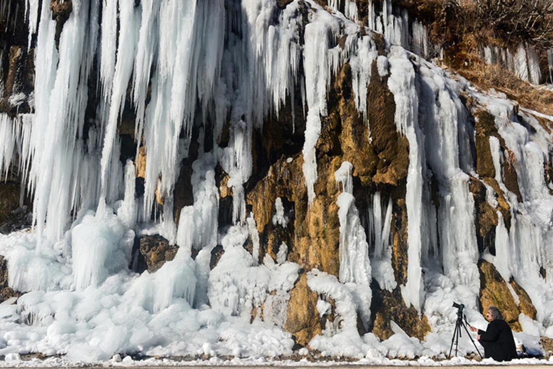 """Buz tutan """"Ağlayan Kayalar"""" eşsiz güzellikteki Pülümür Vadisi'nin incisi oldu"""