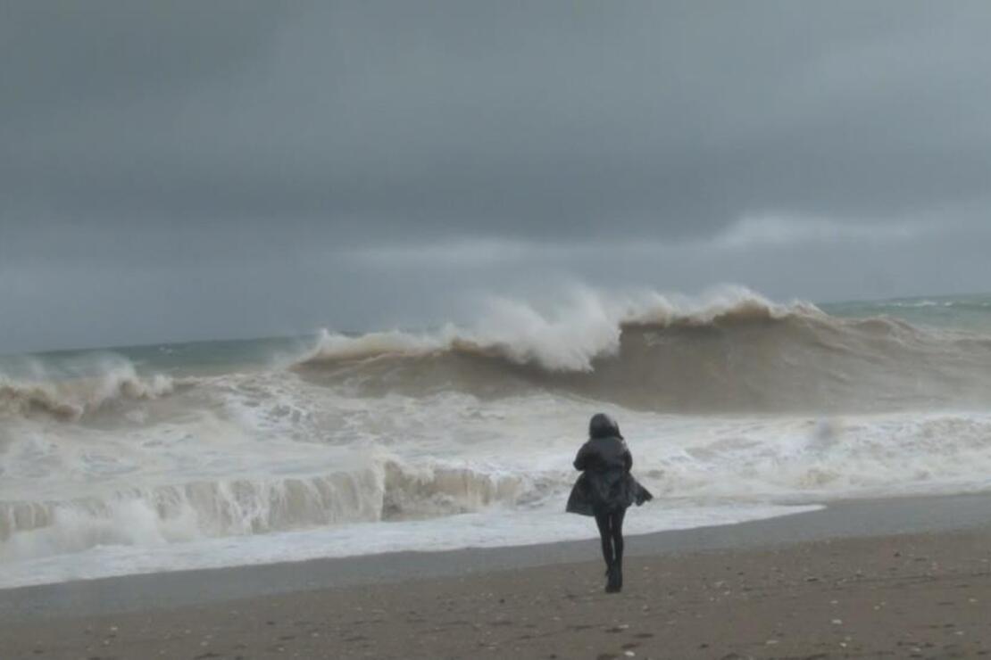 Dev dalgalara aldırış etmeden fotoğraf çekinmeye geliyorlar