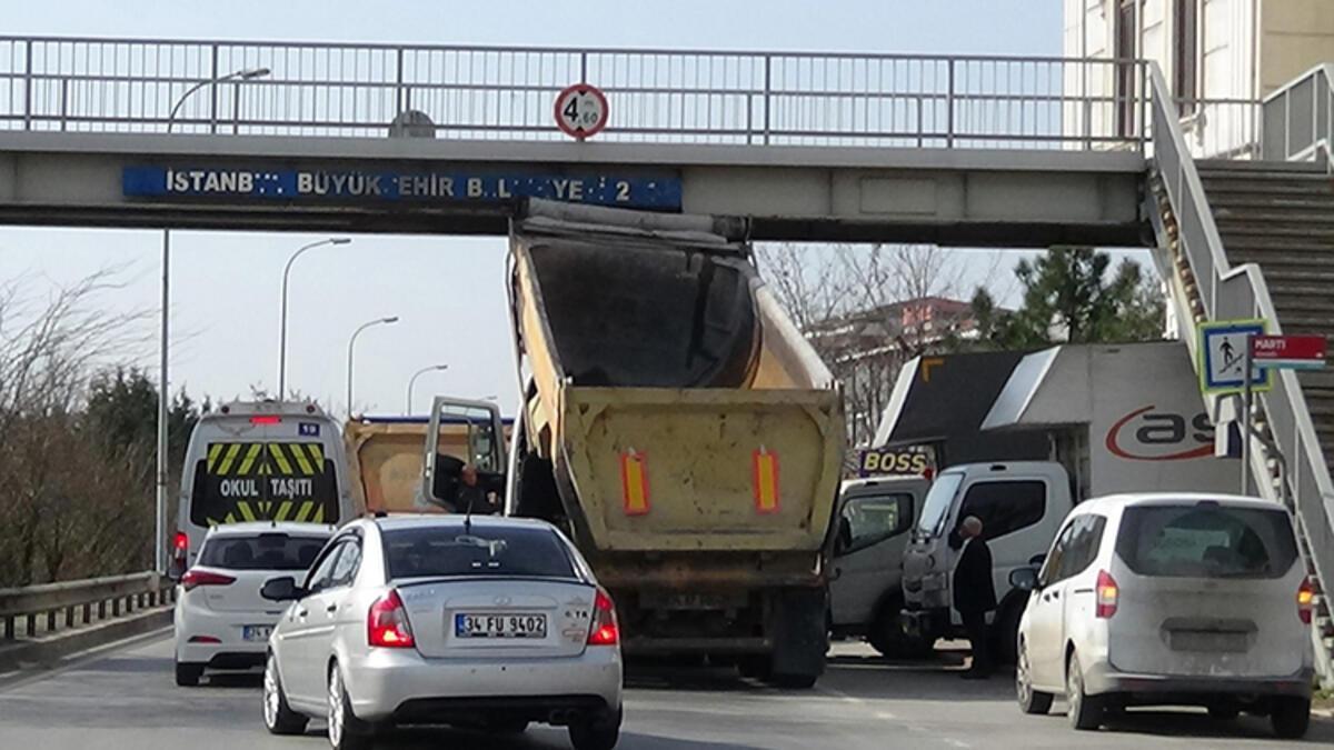 Damperi bozuk olan kamyon üst geçide takıldı