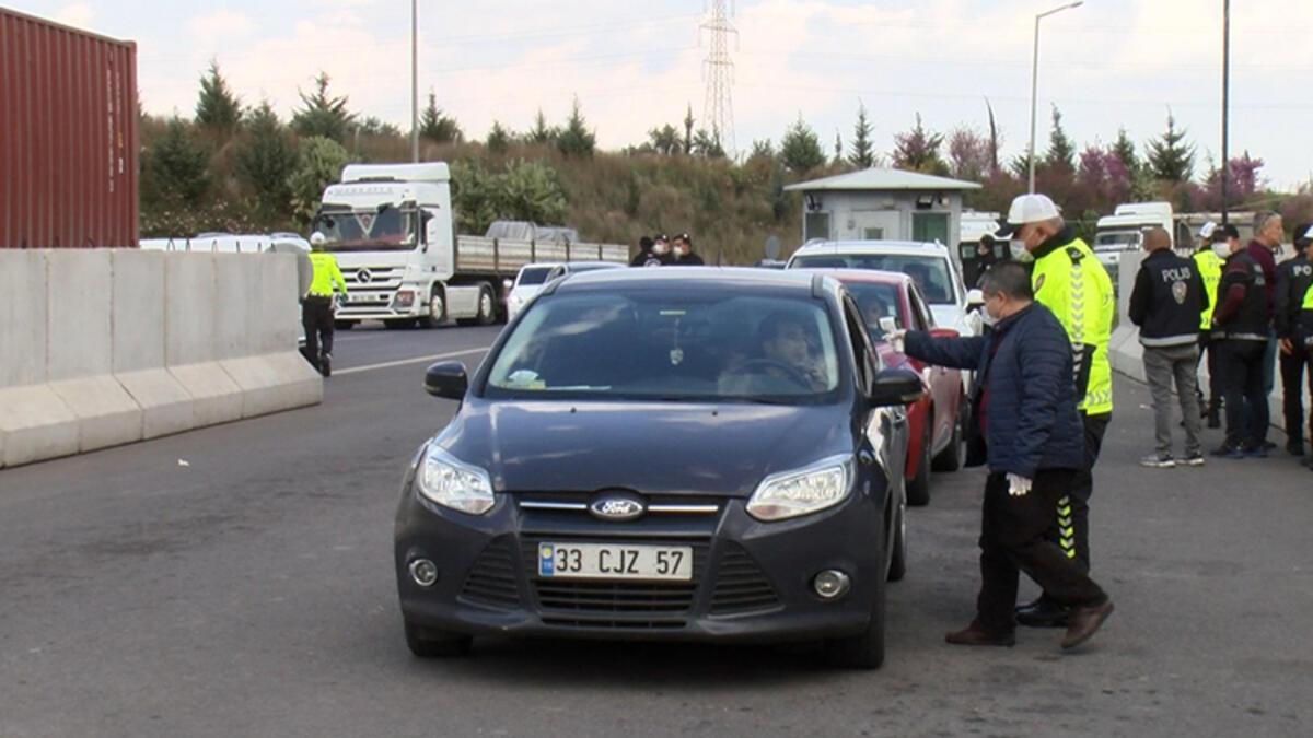 Adana'da polis, otoyolda koronavirüs denetimi yaptı