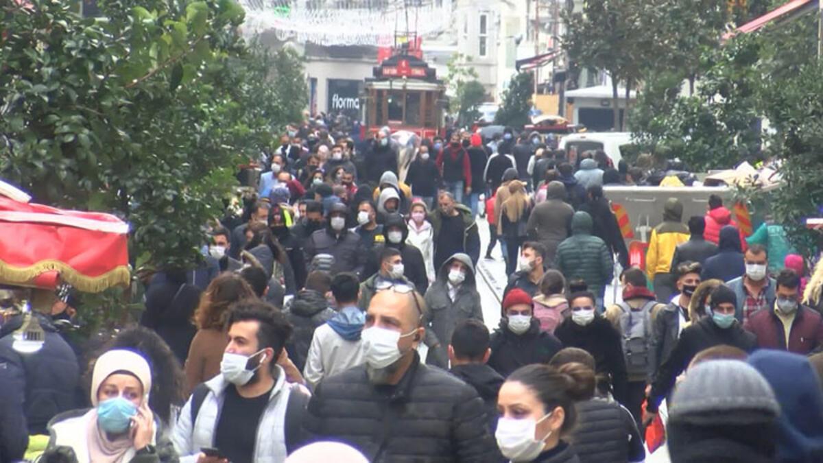 İstiklal Caddesi'nde yoğunluk! Büfe önlerinde kuyruk oluştu...
