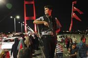 İstanbulda binlerce kişi Boğaziçi Köprüsüne akın etti